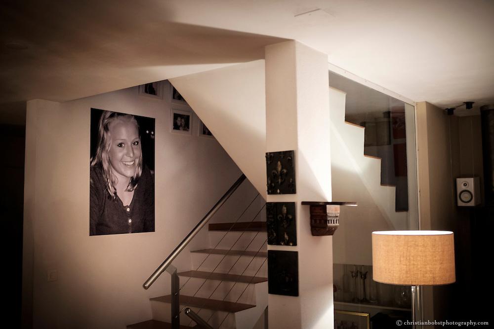 Über der Treppe, welche zu Melinas Schlafzimmer führt, hängt ein grosses Bild der damals 16-jährigen. Nach Melinas Tod verging eine lange Zeit, bis das Lachen ins Haus der Familie zurückkehrte, erzählt Nicole Ferrero.