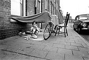 Nederland, Nijmegen, 1981Kinderen spelen op de stoep en eten chips in een volksbuurt, het waterkwartier .6 jaar later zijn deze huizen gesloopt en vervangen door sociale nieuwbouwFoto: Flip Franssen/Hollandse Hoogte