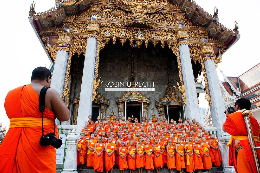 28-3-2015 - BANGKOK - Children monks stand before a palace monestary in Bangkok<br /> COPYRIGHT ROBIN UTRECHT toerist toeristen vakantie thailand stad grote paleis , foto  mobiele telefoon , starbucks , buddha beeld budda ,