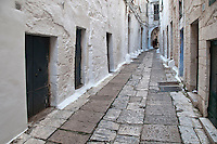 """Ostuni - Vicolo - Ostuni è un comune italiano di 32.182 abitanti della provincia di Brindisi in Puglia. Detta anche Città Bianca, per via del suo caratteristico centro storico che un tempo era interamente dipinto con calce bianca, oggi solo parzialmente. Insieme a Taranto e Santa Maria di Leuca, costituisce uno dei vertici ideali della penisola salentina. Rinomato centro turistico, nel 2008, 2009, 2010, 2011 e 2012 ha ricevuto la Bandiera Blu[4] e le cinque vele di Legambiente per la pulizia delle acque della sua costa e per la qualità dei servizi offerti. Nel 2005, inoltre, la Regione Puglia ha riconosciuto il comune come """"località turistica""""."""