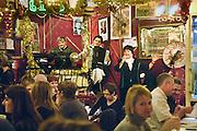 Frankrijk, Parijs, 28-3-2010Chez Louisette, een brasserie, restaurant, volkscafe, in de marche aux puces, de vlooienmarkt in het noorden van de stad. Hier is live muziek van lokale artiesten, vooral chansons en franse levensliedjes.Foto: Flip Franssen/Hollandse Hoogte