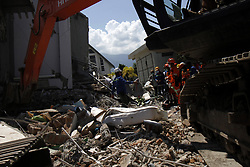 October 1, 2018 - Palu, Central Sulawesi, Indonesia - PALU, INDONESIA - OCTOBER 01, 2018 : A search and rescue team searching for paragliding member team victims at the Roa-roa hotel collapsed after an earthquake hit on October 1, 2018 in Palu, Central Sulawesi Province, Indonesia. (Credit Image: © Sijori Images via ZUMA Wire)