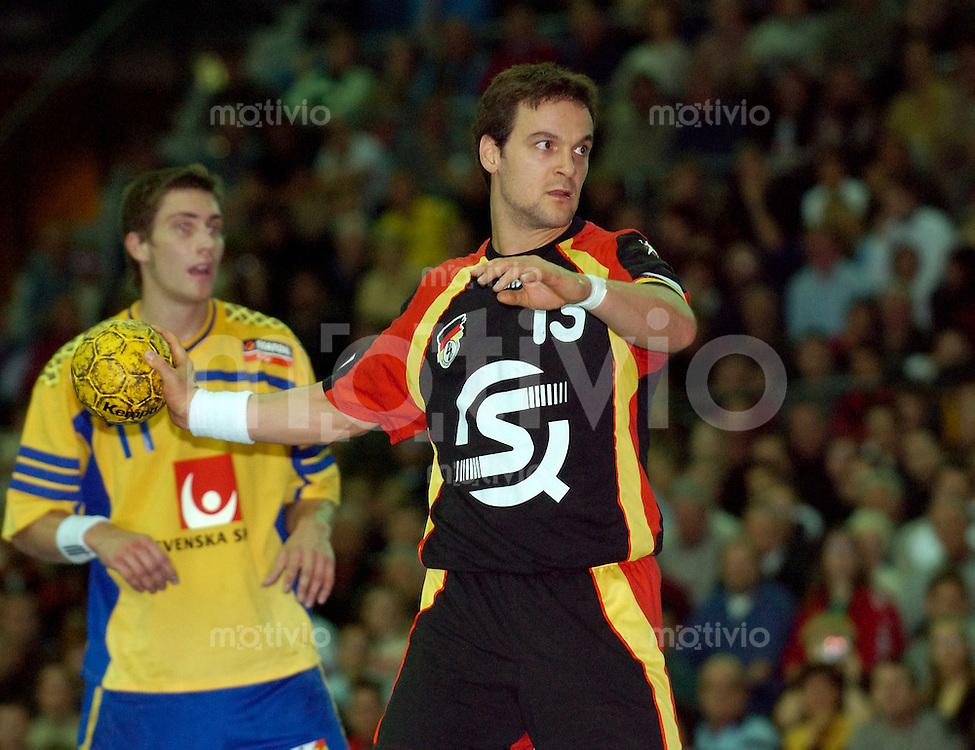 Handball Maenner, Laenderspiel, Nationalmannschaften, Super-Cup 2003 Arena Leipzig (Germany) Deutschland - Schweden Siebenmeter: Markus Baur (Deutschland) beim Wurf, hinten Marcus Ahlm (Schweden)