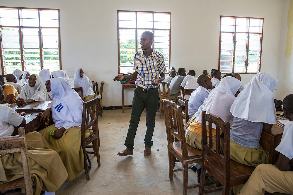 ICS Tanzanian volunteer in discussion about writing a CV and applying for work with students at Mingoyo school as part of the VSO / ICS Elimu Fursa project (Opportunities in Education) Lindi, Lindi region. Tanzania.