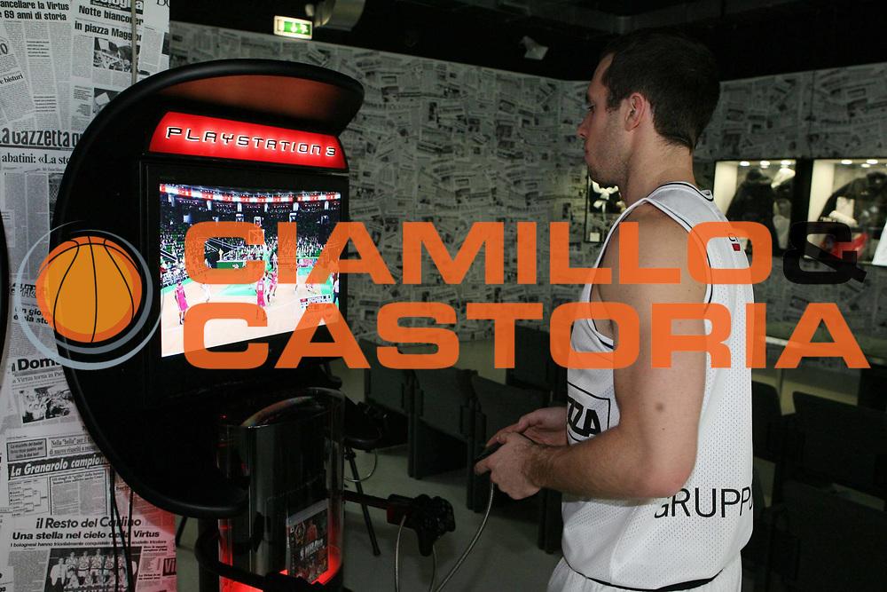 DESCRIZIONE : Bologna Sala Borsa Final Eight 2008 Playstation 3 NBA'08<br />GIOCATORE : Brett Blizzard<br />SQUADRA : La Fortezza Virtus Bologna<br />EVENTO : Tim Cup Basket For Life Coppa Italia Final Eight 2008 <br />GARA : <br />DATA : 06/02/2008 <br />CATEGORIA : Ritratto <br />SPORT : Pallacanestro <br />AUTORE : Agenzia Ciamillo-Castoria/G.Ciamillo
