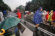 Nederland, Nijmegen, 20-7-2007Vierdaagse, Tijdens de intocht brak rond half twee op de St Annastraat, via gladiola,een stortbui met onweer uit. Ondanks het slechte weer blijven de lopers doorgaan, met de finish in zicht. Veel publiek bleef zitten en zongen de wandelaars naar de wedren.Foto: Flip Franssen/Hollandse Hoogte