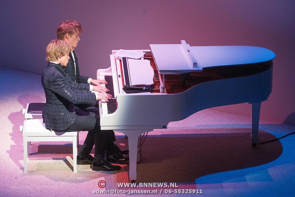 NLD/Amsterdam/20151123 - 5 jaar Delamar theater en 10 Jaar Van den Ende Foundation viering, Lucas Jussen en broer Arthur Jussen achter de piano