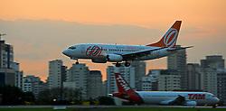 Avião é visto posando na pista do aeroporto de Congonhas durante o por-do-sol. FOTO: Jefferson Bernardes / Preview.com