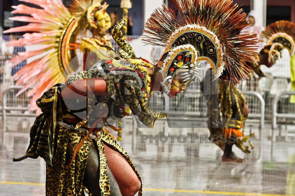 SAO PAULO, SP, 15 DE FEVEREIRO 2013 - CARNAVAL SP - DESFILE DAS CAMPEÃS  - Integrantes da escola de samba Leandro de Itaquera: Vice-campeã do Grupo de Acesso,  durante desfile das campeãs  no Sambódromo do Anhembi na região norte da capital paulista, nesta sexta-feira, 15. (FOTO:  LOLA OLIVEIRA / BRAZIL PHOTO PRESS).b