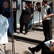 Raymond van Barneveld geeft dart demonstratie in Oostermeent