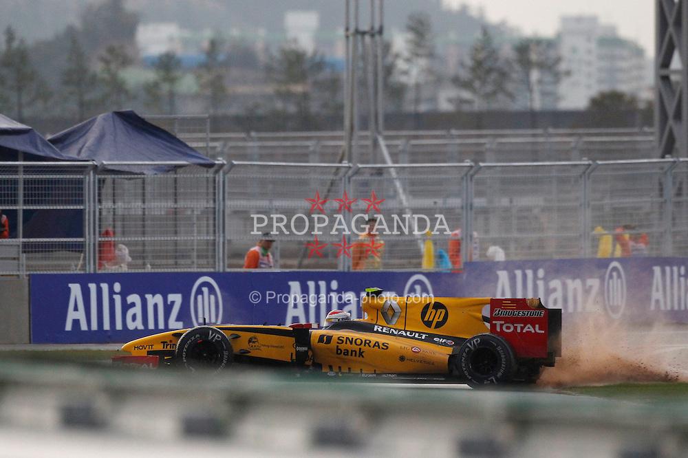 Motorsports / Formula 1: World Championship 2010, GP of Korea, 12 Vitaly Petrov (RUS, Renault F1 Team), crash