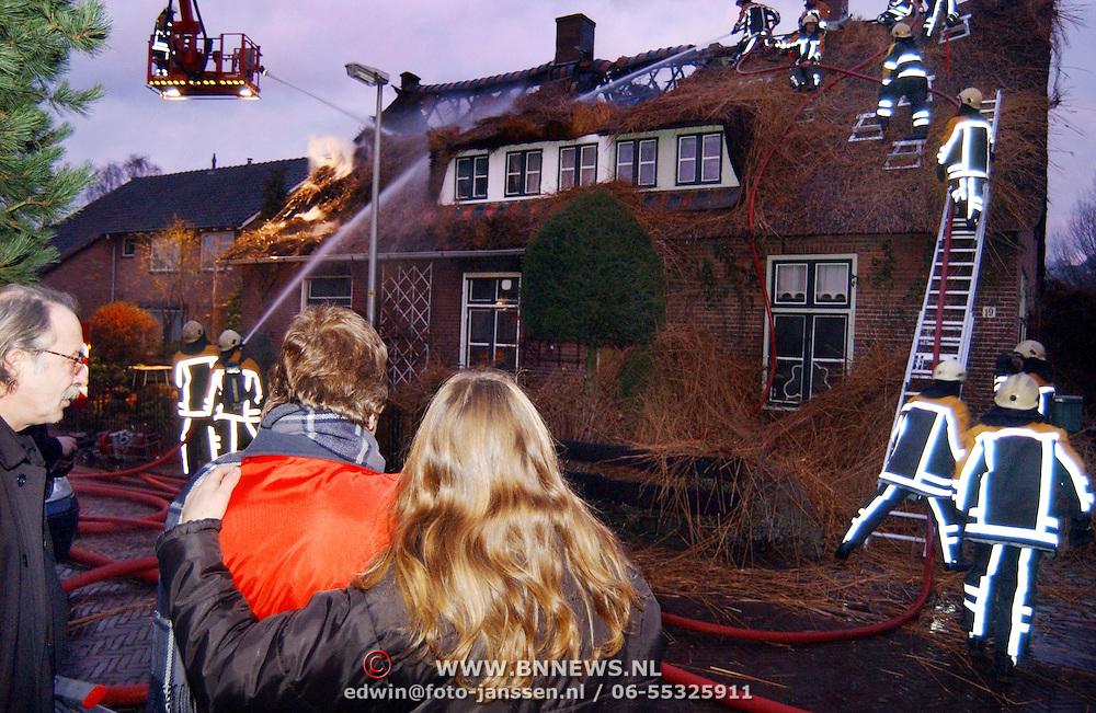 Brand in woning met rieten kap Groene Gerritsweg 17 Laren.rook, overleg, verdriet, middelbrand, bewoonster, kind, moeder, ladder, bewoners, waterstraal, blussen