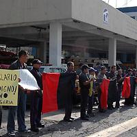 NAUCALPAN, México.- Elementos De Protección Civil y Bomberos de esta localidad suspendieron labores para exigir aumento de sueldo y mejoras en las condiciones de trabajo a su protesta se les sumaron bomberos de los municipios de Huixquilucan, Coacalco, Ecatepec y Tultitlán. Agencia MVT / Jose Israel Nunez. (DIGITAL)