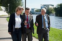 03 SEP 2010, BERLIN/GERMANY:<br /> Birgit Marschall (L), Redakteurin Rheinische Post, Thomas de Maiziere (M), CDU, Bundesinnenminister, und Dr. Gregor Mayntz (R), Redakteur Rheinische Post, Intervirew waehrend einem Spaziergang von der Bundespressekonferenz zum Bundesinnenministerium, im Hintergrund: das Bundeskanzleramt<br /> IMAGE: 20100903-01-039<br /> KEYWORDS: Thomas de Maizière