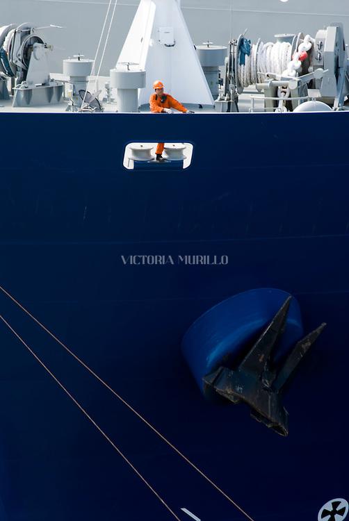 Vista en detalle de un barco carguero en  las Esclusas de Miraflores, punto de ingreso y salida de las embarcaciones en el lado del océano Pacifico del Canal de Panamá. Desde este Centro de Visitantes se puede observar como los barcos se elevan a 16 metros del nivel del mar, realizándolo en 2 procesos, que duran alrededor de 30 minutos..Foto: Ramon Lepage / Istmophoto.