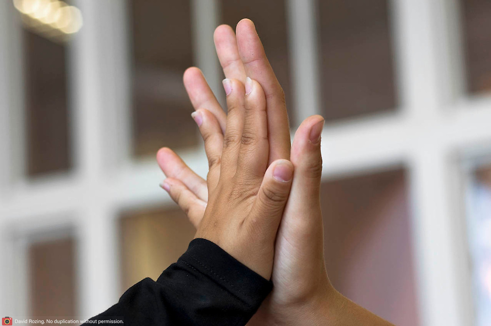 Nederland Rotterdam 23-09-2009 20090923 Foto: David Rozing  Serie over onderwijs. Tegenstelling, een lange autochtone meid en een korte allochtone meid houden als grapje hun handen tegen elkaar om het verschil in de grootte van hun handen te zien.      , together, van klein naar groot, verschil, verschillen, verschillen van, verschillend, verschillende, vriendelijk, vriendelijke, vriendelijkheid, vriendin, vriendinnen, warme, warmte geven, Youth                                        .Foto: David Rozing