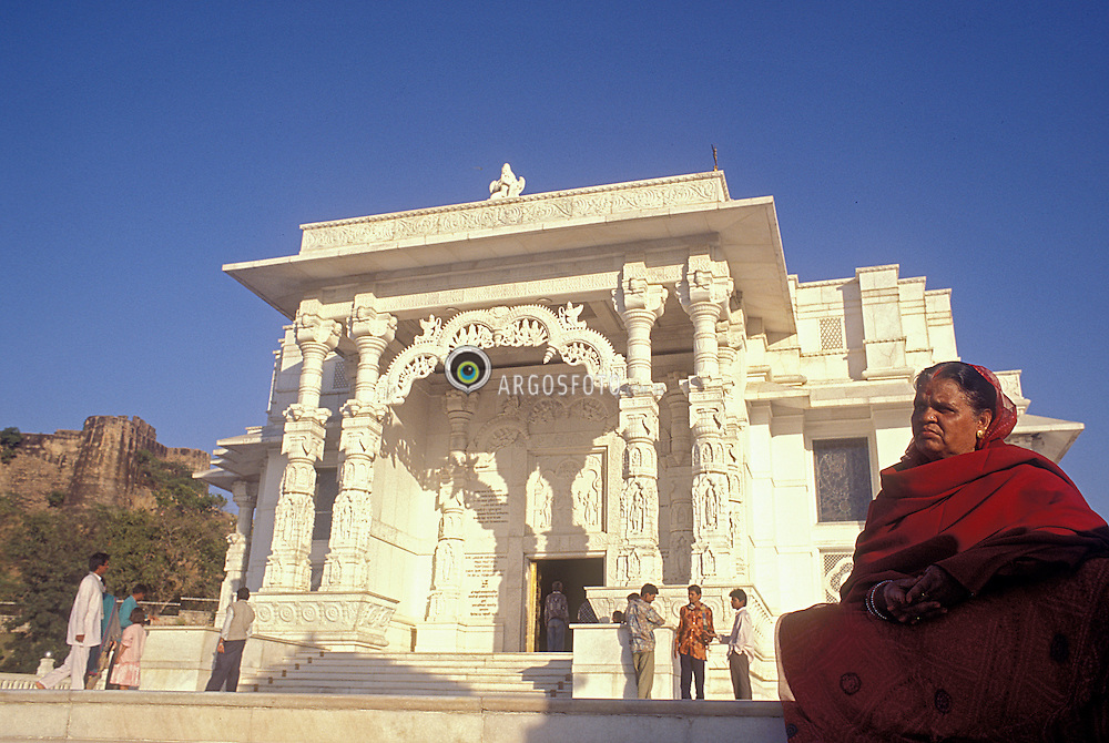 Dehli, India. Ano 1995..Templo Lakshmi Narayan templo moderno construido em 1938 pelo industrial Birla em homenagem a Vishnu e sua esposa Laxmi, deusa da abundancia. Principal simbolo da pontencia feminina, sendo reconhecida por sua eterna juventude e formosura. Representa tambem a riqueza, a fartura e a beleza./ Lakshmi Temple. In Hinduism, Lakshmi or Laxmi is the goddess of wealth, light, wisdom and fortune, as well as (secondarily) luck, beauty and fertility. Representations of Lakshmi (or Shri) are found in Jain and Buddhist monuments, in addition to Hindu temples. In Puranic Hinduism Lakshmi is the Mother of the Universe and Vishnu's Shakti. Lakshmi is consort to Vishnu, and also married his incarnations Rama (in her incarnation as Sita), Krishna (as Rukmini) and Venkateshwara (as Alamelu)..Foto © Fatima Batista/Argosfoto