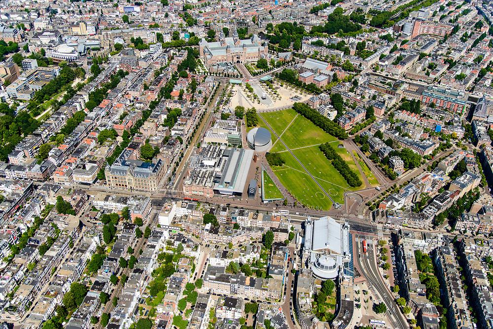 Nederland, Noord-Holland, Amsterdam, 29-06-2018; Amsterdam-Zuid, Museumkwartier. Met aan het Museumplein Concert Gebouw, Rijksmuseum, Van Goghmuseum, Stedelijk Museum.  <br /> Museum quarter.<br /> View of the old town, w belt of canals.<br /> luchtfoto (toeslag op standard tarieven);<br /> aerial photo (additional fee required);<br /> copyright foto/photo Siebe Swart