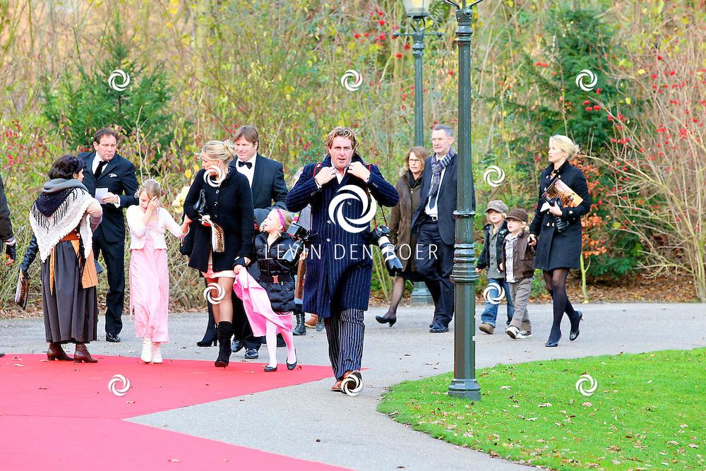 KAATSHEUVEL/EFTELING - Vanmiddag vond in Theater de Efteling de galapremiere plaats van de musical Kruimeltje, een coproductie van Rick Engelkes Producties en Efteling Theaterproducties. Met op de foto Edwin Smulders en zijn vrouw Anouk Smulders-Voorveld en hun zoon Max. FOTO LEVIN DEN BOER - PERSFOTO.NU