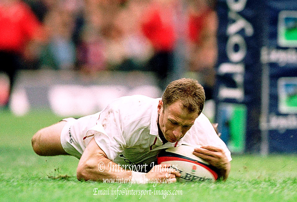 Twickenham, United Kingdom.  Lloyds TSB Six Nations Championship. England vs France, 07/04/2001.Mike Catt, scoring his  second half try at Twickenham. [Mandatory Credit; Peter Spurrier/Intersport Images].. ...........