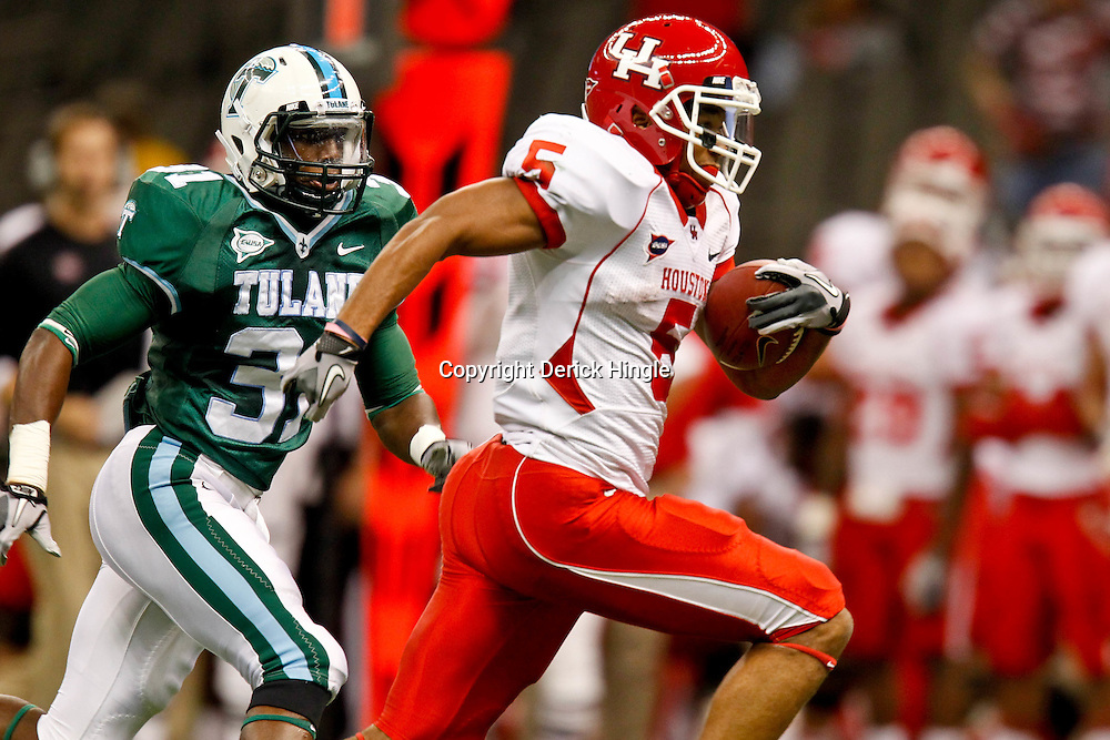 November 10, 2011; New Orleans, LA, USA; Houston Cougars running back Charles Sims (5) breaks looses past Tulane Green Wave linebacker Dominique Robertson (31) for a touchdown run during the second quarter at the Mercedes-Benz Superdome.  Mandatory Credit: Derick E. Hingle-US PRESSWIRE