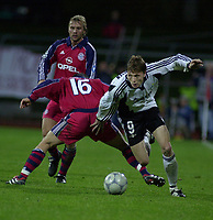 Trondheim; Lerkendal: Rosenborg´s Frode Johnsen sends the ball between the legs of Bayerns Jens Jeremies(16), and continues downfield. Johnsen scored RBK´s only goal on the night after only 26 minutes. (Foto: Ned Alley, Digitalsport)
