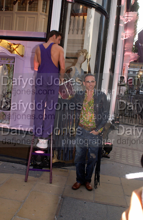 Patrick Cox, Asprey Store relaunch party after rebuilding. New Bond St. 18 May 2004. ONE TIME USE ONLY - DO NOT ARCHIVE  © Copyright Photograph by Dafydd Jones 66 Stockwell Park Rd. London SW9 0DA Tel 020 7733 0108 www.dafjones.com
