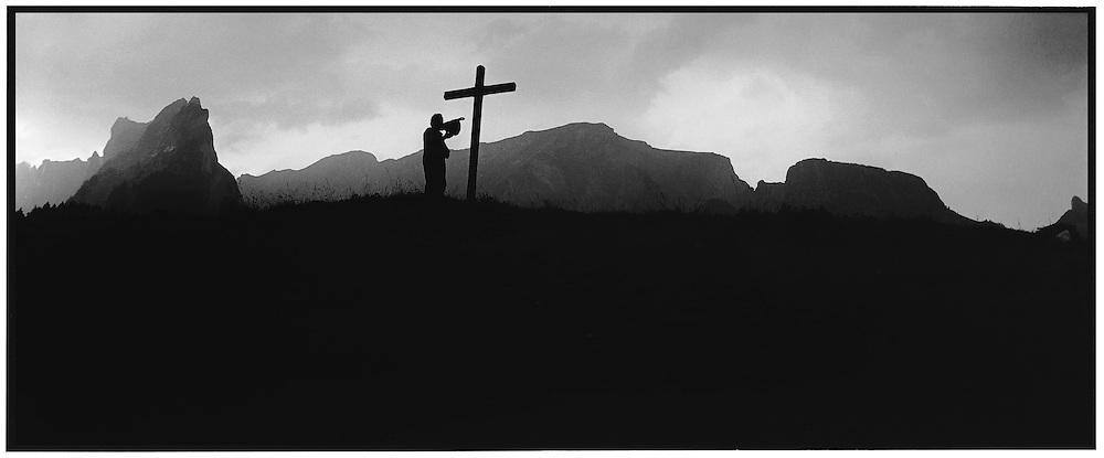 Meinrad Koch beim Betruf auf Furglenalp, Appenzell; evening prayer at Furglenalp, Appenzell; alpine blessing; alp benediction; prière du soir, bénédiction du soir