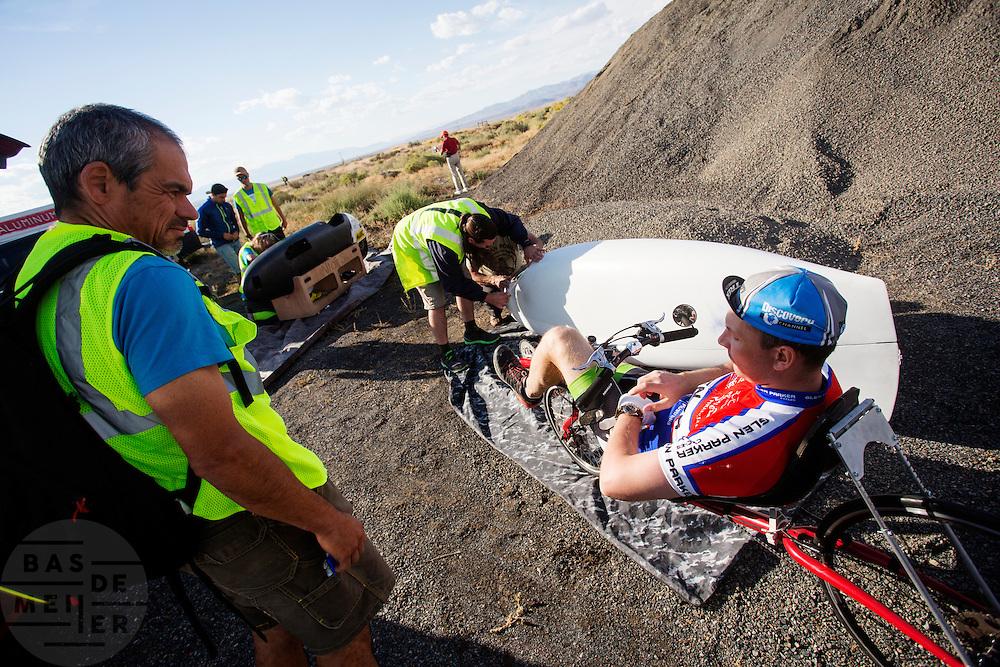 Alexey Kiristaev is bezig met de warming up tijdens de avondrun op de derde dag van de races. In Battle Mountain (Nevada) wordt ieder jaar de World Human Powered Speed Challenge gehouden. Tijdens deze wedstrijd wordt geprobeerd zo hard mogelijk te fietsen op pure menskracht. Het huidige record staat sinds 2015 op naam van de Canadees Todd Reichert die 139,45 km/h reed. De deelnemers bestaan zowel uit teams van universiteiten als uit hobbyisten. Met de gestroomlijnde fietsen willen ze laten zien wat mogelijk is met menskracht. De speciale ligfietsen kunnen gezien worden als de Formule 1 van het fietsen. De kennis die wordt opgedaan wordt ook gebruikt om duurzaam vervoer verder te ontwikkelen.<br /> <br /> In Battle Mountain (Nevada) each year the World Human Powered Speed Challenge is held. During this race they try to ride on pure manpower as hard as possible. Since 2015 the Canadian Todd Reichert is record holder with a speed of 136,45 km/h. The participants consist of both teams from universities and from hobbyists. With the sleek bikes they want to show what is possible with human power. The special recumbent bicycles can be seen as the Formula 1 of the bicycle. The knowledge gained is also used to develop sustainable transport.