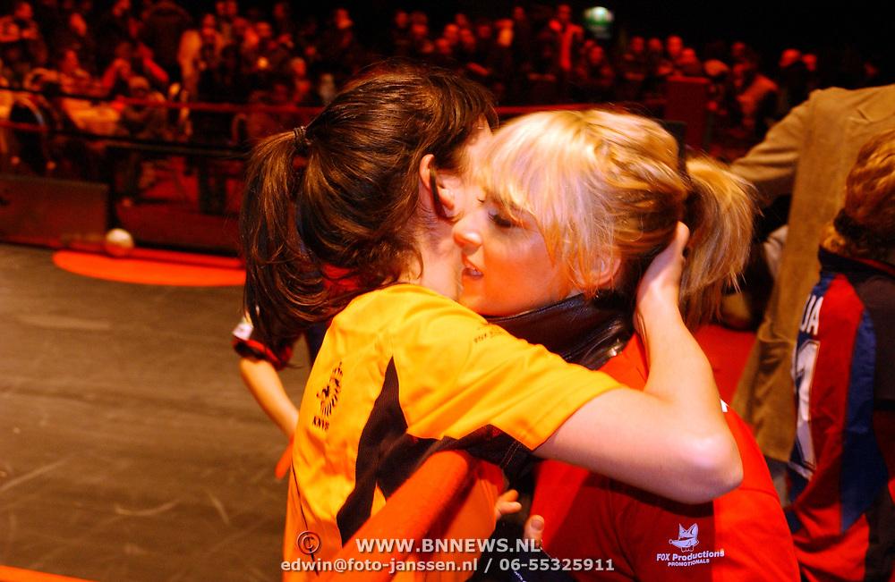 Panna wedstrijd Arena, Birgit Schuurman word gefeliciteerd door Ellen ten Damme