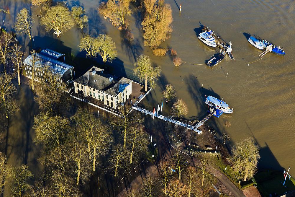 Nederland, Overijssel, Deventer, 20-01-2011..Zicht op het buitendijks en aan de IJssel gelegen park De Worp. Het Worpplantsoen is  onderdeel van de stadswijk De Hoven. Het in het park gelegen IJsselhotel is door het hoogwater alleen nog per boot en brug te bereiken. Het in het park gelegen IJsselhotel (Rijksmonument) is door het hoogwater alleen nog per boot te bereiken. .View on the flooded park De Worp. The hotel (IJsselhotel) in the park can only be reached by boat, due to the high waters of the river IJssel. ..luchtfoto (toeslag), aerial photo (additional fee required).copyright foto/photo Siebe Swart