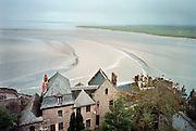Frankrijk, Mont Saint Michel, 9-4-2006Uitzicht, landschap vanuit Mont saint michel met drooggevallen kust. eiland, schiereiland. Toerisme, middeleeuwse bouw.Foto: Flip Franssen/Hollandse Hoogte