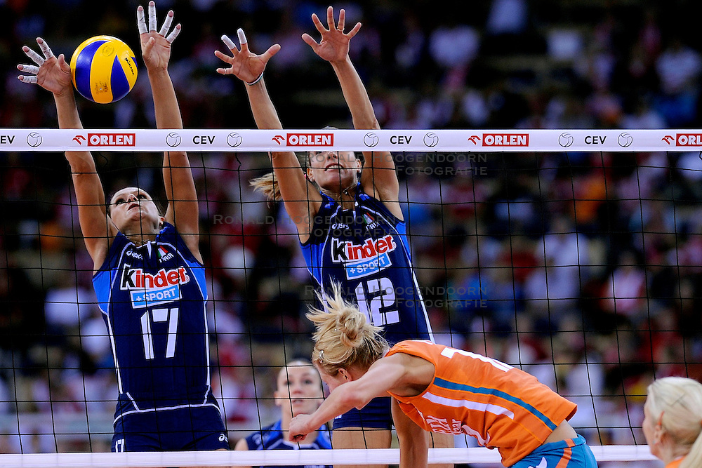 04-10-2009 VOLLEYBAL: FINALE EUROPEES KAMPIOENSCHAP NEDERLAND - ITALIE: LODZ <br /> De Nederlandse volleybalvrouwen zijn er niet in geslaagd om het goud te pakken. Italie was met 3-0 te sterk / Simona Gioli en Francesca Piccinini<br /> &copy;2009-WWW.FOTOHOOGENDOORN.NL