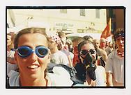 Proteste contro il summit del G8, Genova luglio 2001. Corteo di sabato 21 luglio. Protezioni dai lacrimogeni.