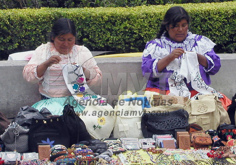 Toluca, M&eacute;x.- Dos mujeres mazahuas ofrecen sus productos artesanales, en el centro de esta ciudad. Agencia MVT / Arturo Rosales Ch&aacute;vez. (DIGITAL)<br /> <br /> NO ARCHIVAR - NO ARCHIVE