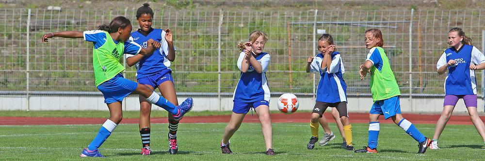 Ludwigshafen. 31.05.17 | M&auml;dchenfu&szlig;ballturnier<br /> S&uuml;dweststadion. M&auml;dchenfu&szlig;ballturnier der  Grundschulen.<br /> - Ernst Reuter Grundschule(blau) gegen die Pfingstweidschule<br /> <br /> BILD- ID 0308 |<br /> Bild: Markus Prosswitz 31MAY17 / masterpress (Bild ist honorarpflichtig - No Model Release!)