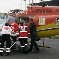 """Nezahualcoyotl, Mex.- Paramedicos de la Cruz Roja entregan al personal del helicoptero """"Coyote 1"""" del municipio de Nezahualcoyotl a un menor de dos horas de nacido con problemas respiratorios para trasladarlo de urgencia al hospital infantil de Peralvillo en el ciudad de México. Agencia MVT / Juan García. (DIGITAL)<br /> <br /> <br /> <br /> <br /> <br /> <br /> <br /> NO ARCHIVAR - NO ARCHIVE"""