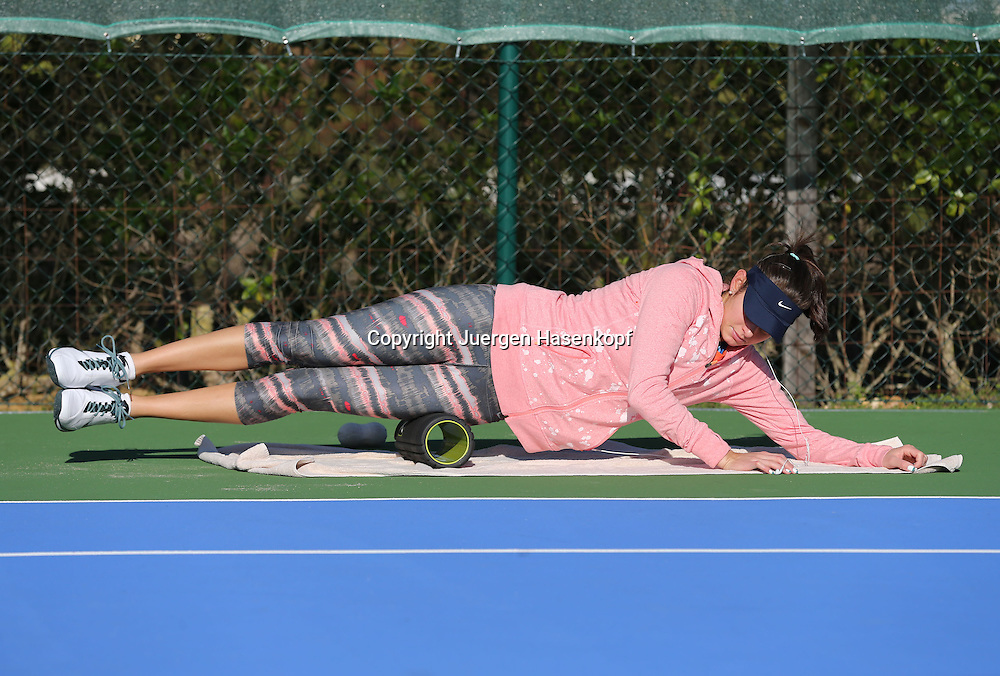 Tennis Profi Julia Goerges (GER) im Trainingslager,Algarve,Portugal,<br /> Julia beim aufwaermen,Uebung,Stretching,warm machen,