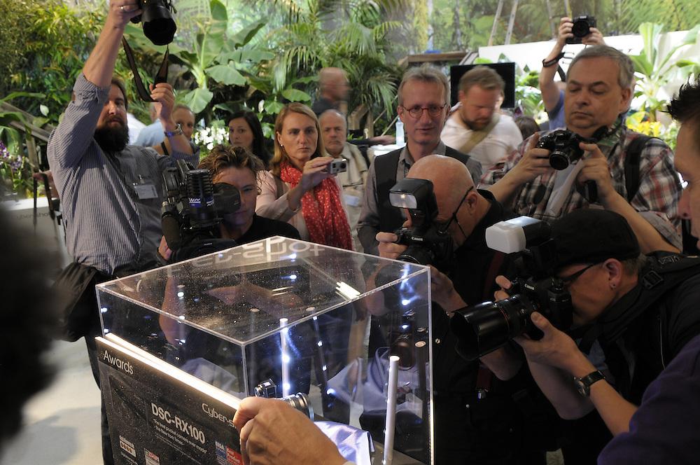 Deutschland,Nordrhein-Westfalen,Photokina ein Tag vor Eröffnung der weltgrössten Fotomesse wird die Sony RX1 Vollformat der Presse vorgestellt|  Germany, Cologne, photokina one day before the opening of the photo fair 2012 press photogarhers take pictures of the new model the Sony RX1 full frame camera