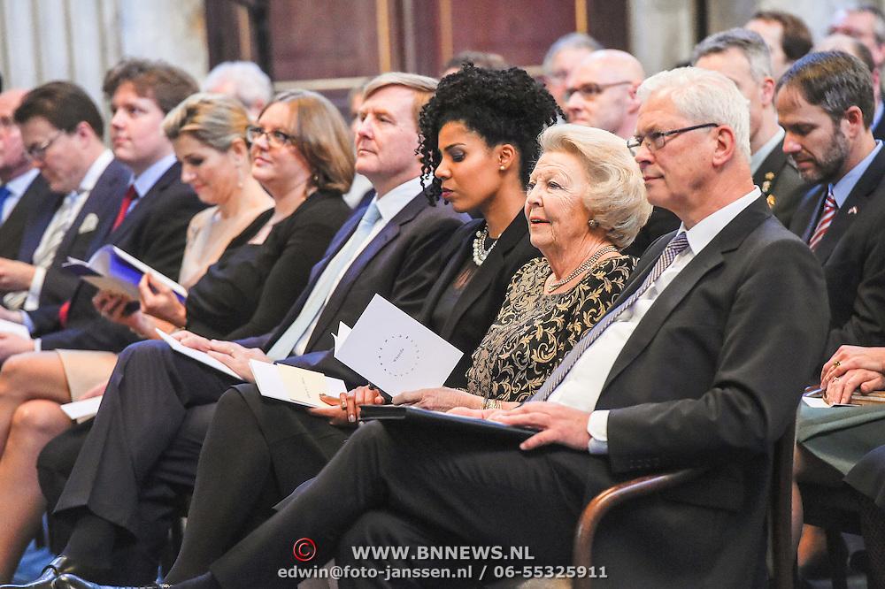 NLD/Amsterdam/20151125 - Koning Willem Alexander reikt Erasmusprijs 2015 uit, Adele Vrana, Lodewijk Gelauff, Phoebe Ayers en Koning Willem-Alexander tijdens de uitreiking van de Erasmusprijs 2015 aan de Wikipedia