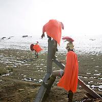 YONGCHANG DISTRICT : Provinzler  aus der Umgebung von Yongchang, die als Roemer verkleidet sind,  auf dem Weg in die Berge .
