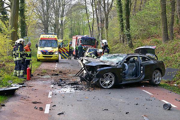 Nederland, Berg en Dal, 25-4-2015Een ongeval, ongeluk, met een auto, een audi,  die met hoge snelheid tegen een boom reed.De twee inzittenden werden gewond naar het ziekenhuis overgebracht. Zij waren van Poolse afkomst.ambulance, ambulancebroeder, AMBULANCEDIENST, ambulancepersoneel, ambulancevervoer, Ambulancezorg,ziekenauto, Ziekenhuis, ZIEKENWAGEN,FOTO: FLIP FRANSSEN/ HOLLANDSE HOOGTE
