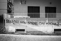 """CATANIA (CT) - 8 SETTEMBRE 2018: La scritta """"Salvini non sparari chiu minchiati"""" (Salvini non sparare più cazzate), all'ingresso del palazzo della ex-sede della Lega a Catania, ormai chiuda da mesi, a Catania  l'8 settembre 2018."""