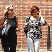 NLD/Volendam/20150703 - Uitvaart Jaap Buijs, aankomst Carola Smit