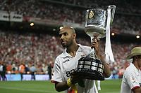 Fotball<br /> Copa del Rey / Cupfinale Spania<br /> Sevilla v Getafe 1-0<br /> Foto: Miguelez/Digitalsport<br /> NORWAY ONLY<br /> <br /> 23.06.2007  <br /> Frederic Kanoute (FC Sevilla) präsentiert stolz die Trophäe für den Pokalsieg 2007