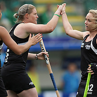 DEN HAAG - Rabobank Hockey World Cup<br /> 36 New Zealand - China<br /> Foto: Anita Punt scores, celebrating with Katie Glynn.<br /> COPYRIGHT FRANK UIJLENBROEK FFU PRESS AGENCY