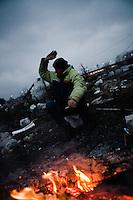 """Am Ufer der Save steht ein frisch renoviertes Prachthaus. Vor Kurzem war die ehemalige Bank, Baujahr 1905, noch eine Ruine. Inner- halb von vier Monaten wurde sie renoviert und ist jetzt der Firmensitz der Baufirma Eagle Hills. Mit dem schnellen Bau wollte die Firma zeigen, dass sie es ernst meint mit dem Projekt """"Belgrad am Wasser"""".<br /> Im Turbo-Tempo soll sich in den kommenden Jahren das Gesicht der serbischen Hauptstadt verändern und eine zeitgemäße, moderne An- mutung bekommen. 13 000 neue Büroarbeitsplätze, Shoppingmalls, Luxushotels und neue Wohnungen sollen entstehen. Dazu ein 200 Me- ter hoher Turm, der die Innenstadt Belgrads überragt. Laut serbischer Regierung liegt das Investitionsvolumen bei rund 3,2 Milliarden Euro.<br /> <br /> Verliere dieses Vorhabens sind all jene, die am Ufer der in Barracken leben. Romafamilien sollen  umgesiedelt werden oder stehen plötzlich vor den planierten Resten ihrer Häuschen. Während Eagle Hills und die Regierung mit harter Hand Fakten schaffen, kämpfen Bewohner, Künstler und Aktivisten um ihren Lebensraum"""