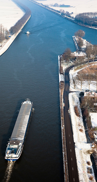 Nederland, Noord-Holland, Nigtevecht, 07-01-2010; binnenvaartschip op Amsterdam-Rijnkanaal, rechts het water van de Vecht.luchtfoto (toeslag), aerial photo (additional fee required).foto/photo Siebe Swart