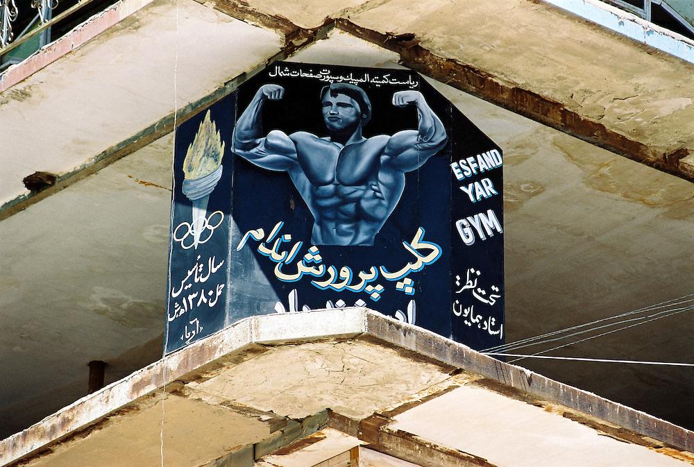 """AFGHANISTAN 2002."""" bazar  - erobert """" , die Warenwelt auf dem Bazar.von Mazar-I-Sharif....HIER: Werbeplakat f¸r ein Bodybuilding-Studio....10.07.2002.©  jungeblodt.com."""