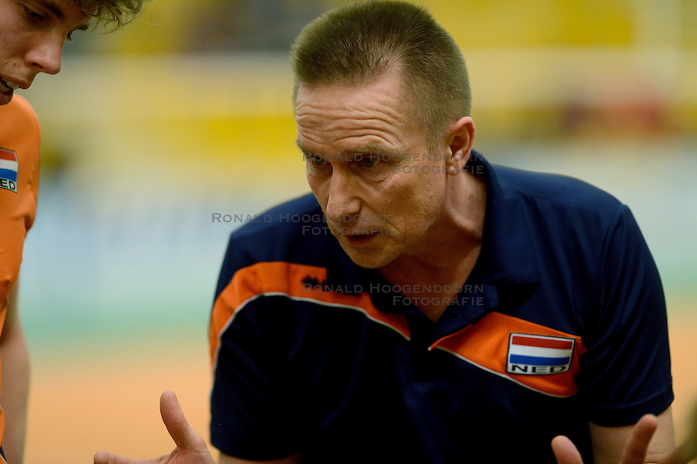 29-12-2014 NED: Eurosped Volleybal Experience Nederland - Belgie -19, Almelo<br /> Nederland verliest met 3-2 van Belgie / Han Abbing